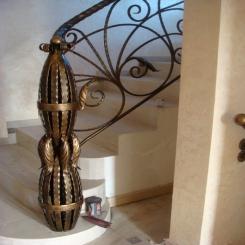 Кованый пригласительный столб для лестницы КПС 11