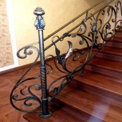 Кованый пригласительный столб для лестницы КПС 13