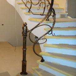 Кованый пригласительный столб для лестницы КПС 19