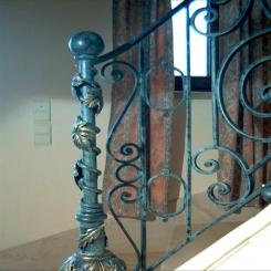 Кованый пригласительный столб для лестницы КПС 22