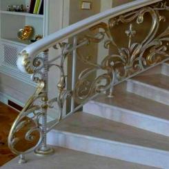 Кованый пригласительный столб для лестницы КПС 23