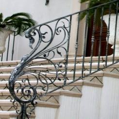 Кованый пригласительный столб для лестницы КПС 28