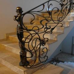 Кованый пригласительный столб для лестницы КПС 2