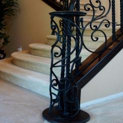 Кованый пригласительный столб для лестницы КПС 33