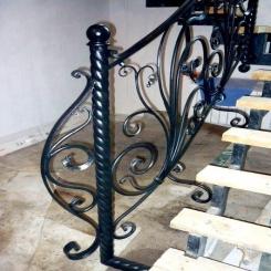 Кованый пригласительный столб для лестницы КПС 37