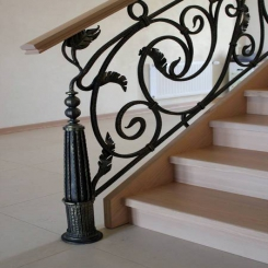 Кованый пригласительный столб для лестницы КПС 3