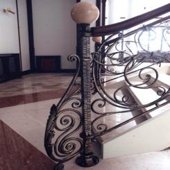 Кованый пригласительный столб для лестницы КПС 42