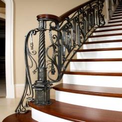 Кованый пригласительный столб для лестницы КПС 43