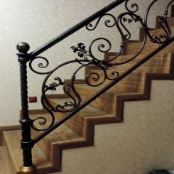 Кованый пригласительный столб для лестницы КПС 46