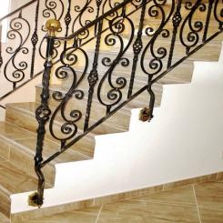 Кованый пригласительный столб для лестницы КПС 49