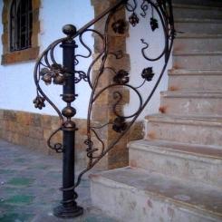 Кованый пригласительный столб для лестницы КПС 57