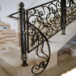 Кованый пригласительный столб для лестницы КПС 6