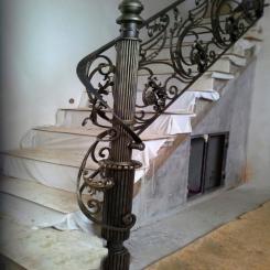 Кованый пригласительный столб для лестницы КПС 7