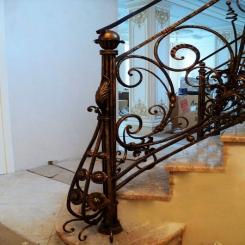 Кованый пригласительный столб для лестницы КПС 8