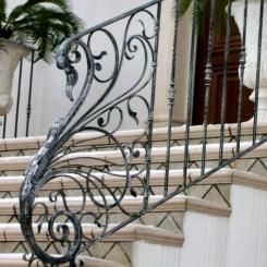 Кованый пригласительный столб для лестницы КПС_28