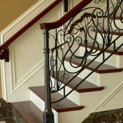 Кованый пригласительный столб для лестницы КПС_36