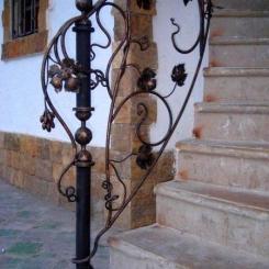 Кованый пригласительный столб для лестницы КПС_57