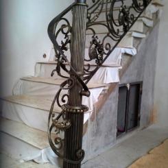 Кованый пригласительный столб для лестницы КПС_7
