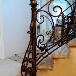 Кованый пригласительный столб для лестницы КПС_8
