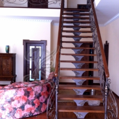 Кованая лестница с деревяными ступенями и перилами КЛ__57