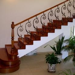 Кованые перила на деревянной лестнице КП_107